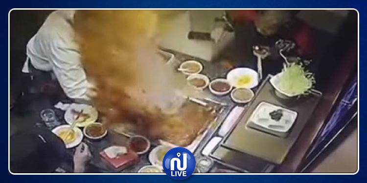انفجار إناء 'الشوربة' في وجه الزبائن بمطعم شهير! (فيديو)