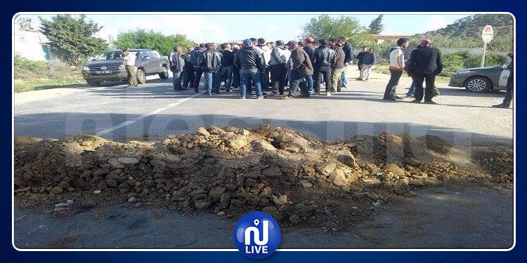 وادي مليز.. فلاحون يقطعون الطريق احتجاجا على عدم قبول محاصيلهم بمراكز تجميع الحبوب
