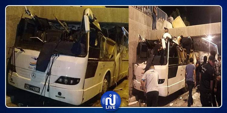 اصطدام حافلة لنقل الركاب بنفق رادس (صور)