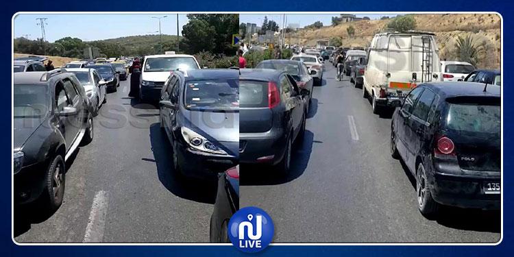احتجاجا على انقطاع الماء ... مواطنون يقطعون الطريق الرابطة بين تونس وبنزرت ومئات السيارات عالقة في الطريق(فيديو)