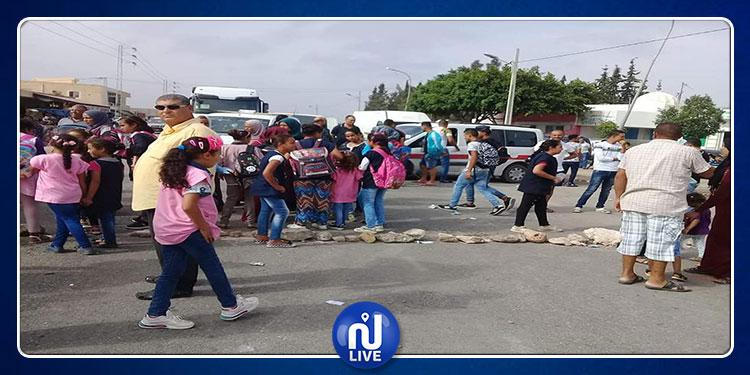 القيروان: غلق الطريق احتجاجا على نقص الإطار التربوي بالمدارس الإبتدائية