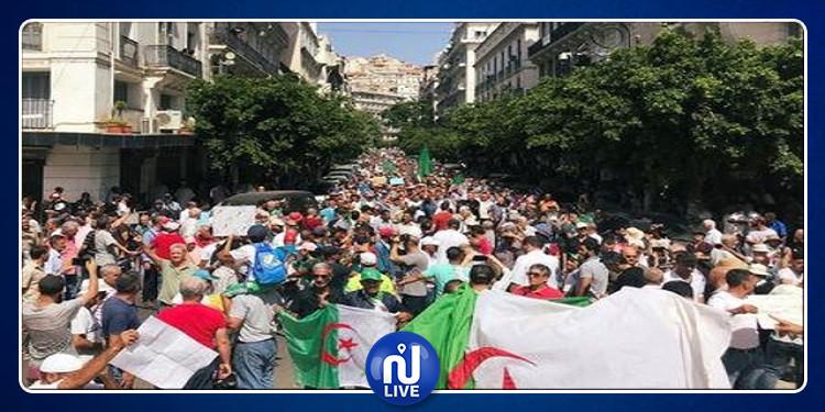 الجزائر: الآلاف يتظاهرون مطالبين برحيل باقي النخبة الحاكمة قبل الإنتخابات