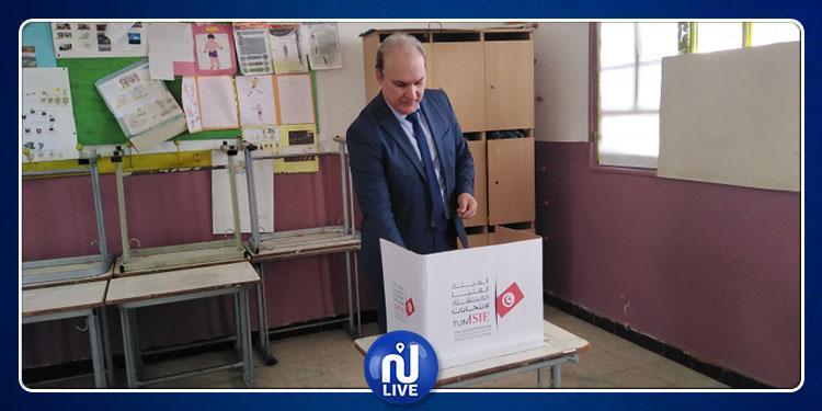 رئاسية 2019 : رئيس هيئة الانتخابات يؤدي الواجب الانتخابي