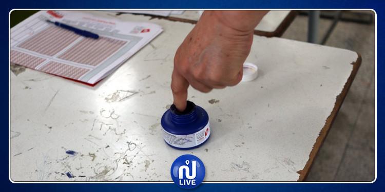 القيروان: التحقيق مع مواطن تعمد إخراج ورقة الاقتراع (صور)