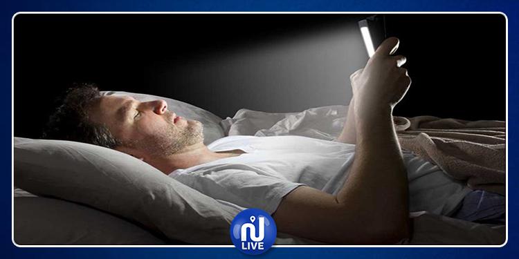 تحذير  من  استعمال الهاتف الذكي في الظلام !