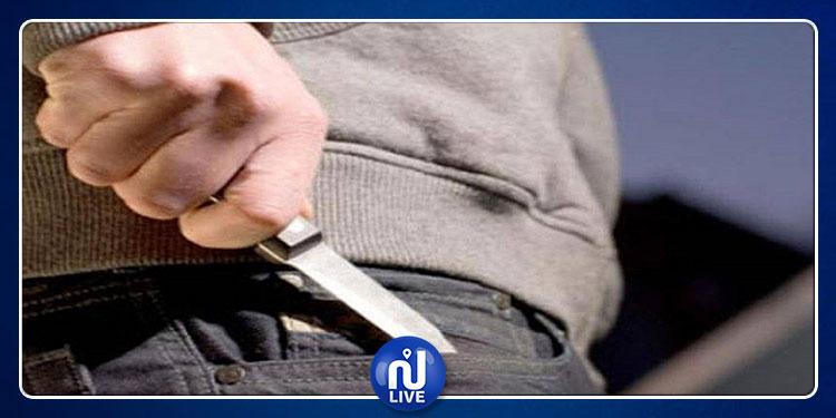 أخرج سكينا من طيات ثيابه و حاول طعن أعوان الأمن