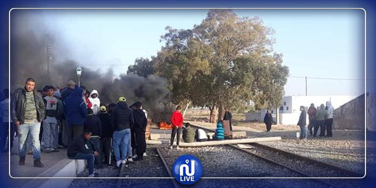بعد جلمة .. احتجاجات في المزونة والأهالي يعتصمون فوق سكة القطار (صور)