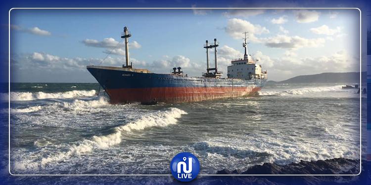بسبب الأمواج العاتية .. سفينة طوغوليّة  عالقة بين الصخور على شاطئ بنزرت (فيديو)