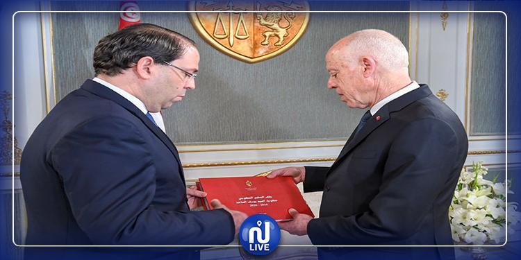 الشاهد يقدم  تقريرا حول عمل حكومته لرئيس الجمهورية