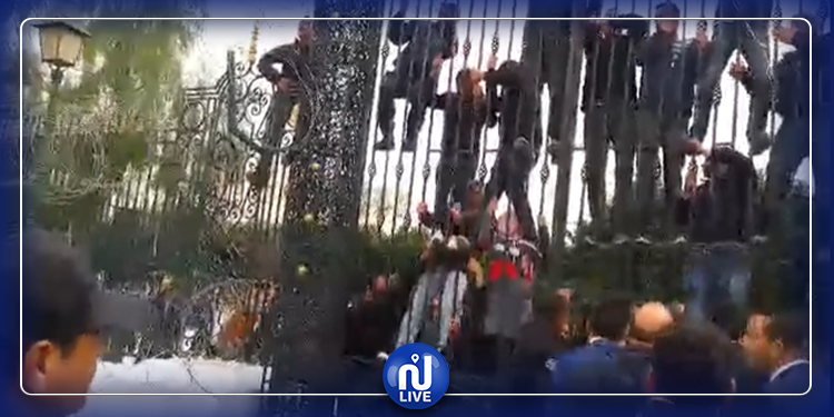 محاولة انتحار جماعي  أمام  مجلس نواب الشعب (فيديو)