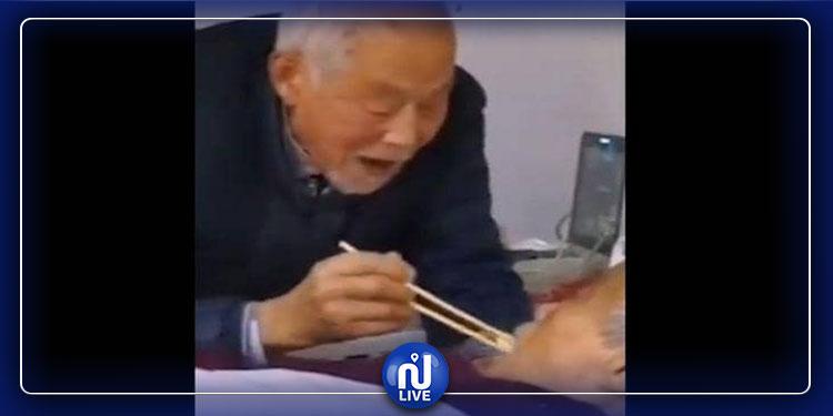 لحظة رومانسية بين زوجين مسنين مصابين بـ''كورونا'' (فيديو)