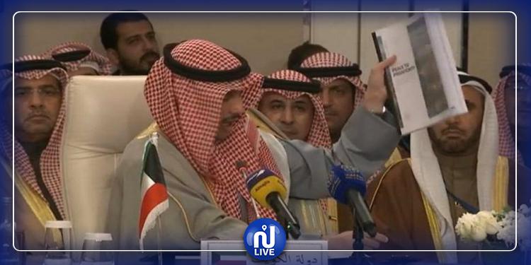 مسؤول كويتي يلقي ''صفقة القرن'' في سلة المهملات (فيديو)