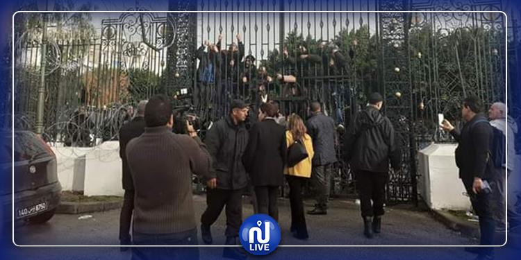 شباب  القصرين المعتصمون بباردو يحاولون  اقتحام مقر البرلمان