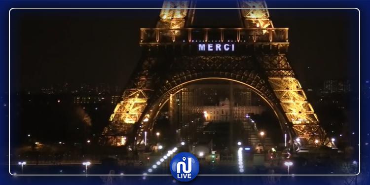 برج إيفل يوجه رسالة للفرنسيين ويضيء عبارتي ''ابق في البيت'' و''شكرا لك'' (فيديو)