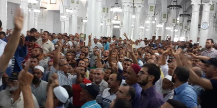 """مباشر من صفاقس: """"أنصار الجوادي"""" يمنعون صلاة الجمعة"""