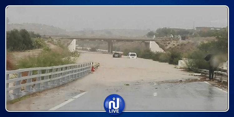 تواصل انقطاع حركة المرور بهذه الطرقات بسبب الأمطار