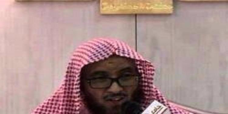 لحظة وفاة داعية سعودي بينما كان جالسا بمحراب المسجد بمكة المكرمة (فيديو)