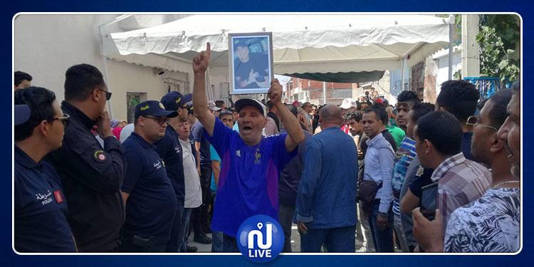 جمع غفير من المواطنين يستعدون لتشييع جثمان الشهيد مهدي الزمالي (صور)