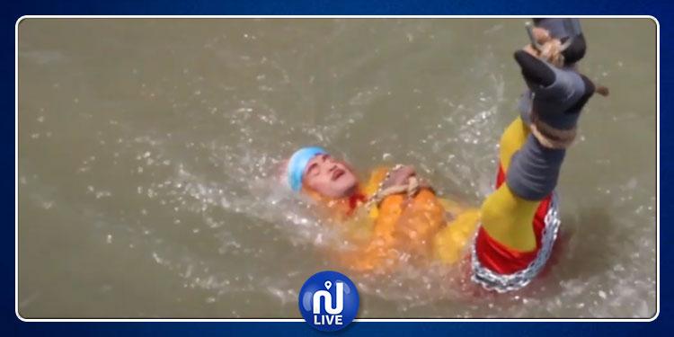 اختفاء ساحر أثناء ممارسة خدعة تحت الماء (فيديو)