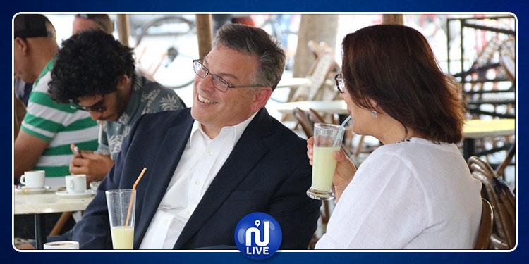 السفير الأمريكي يقوم بجولة رفقة زوجته في شارع الحبيب بورقيبة بالعاصمة (صور)