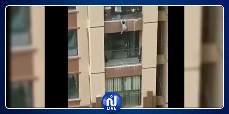 طفل يسقط من الطابق السادس وينجو بأعجوبة (فيديو)