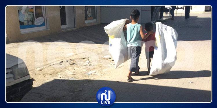 القيروان: طفلان تجبرهما الظروف على جمع القوارير بدل الذهاب إلى المدرسة
