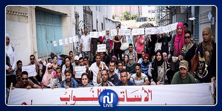 عشرات من الأساتذة النواب يحتجون أمام مقر اتحاد الشغل