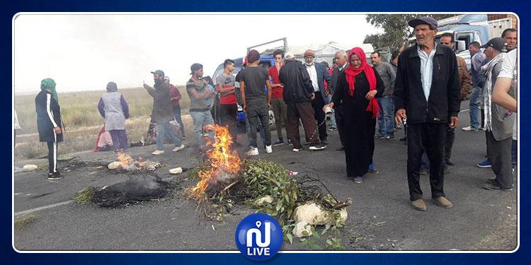 القصرين:  أهالي ''ڨرعة العطش'' يحتجون ويغلقون الطريق الوطنية 13