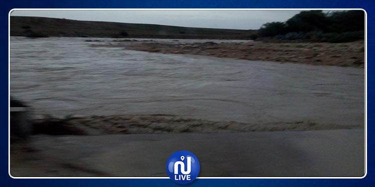 ارتفاع منسوب مياه وادي المالح ووادي تاسة وانقطاع حركة المرور