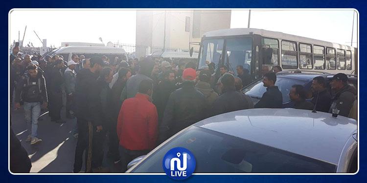 سوسة: وقفة احتجاجية لبحارة ميناء الصيد البحري وقطع الطريق في مدخل المدينة