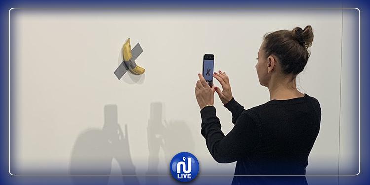 بعد بيعها بـ120 ألف دولار.. فنان يأكل الموزة أمام صدمة زوار المعرض!