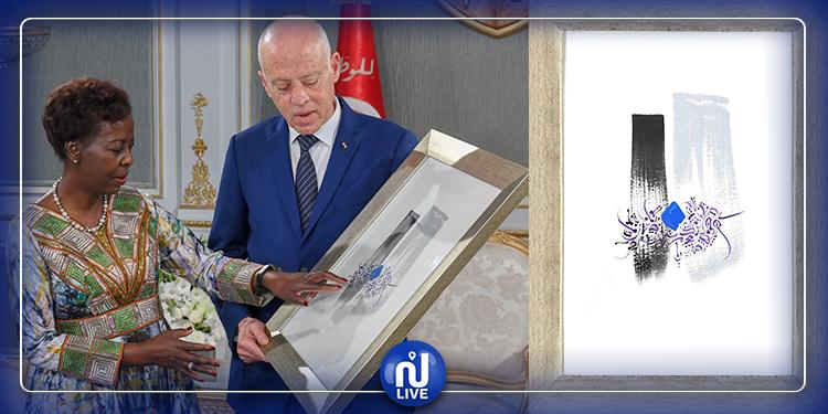 قيس سعيد يهدي الأمينة العامة للمنظمة الفرنكوفونية لوحة فنية تتضمن الحروف الأبجدية بخط تونسي