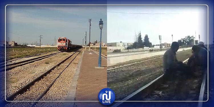 عمال منجم فسفاط المكناسي يغلقون السكّة ويمنعون حركة القطارات
