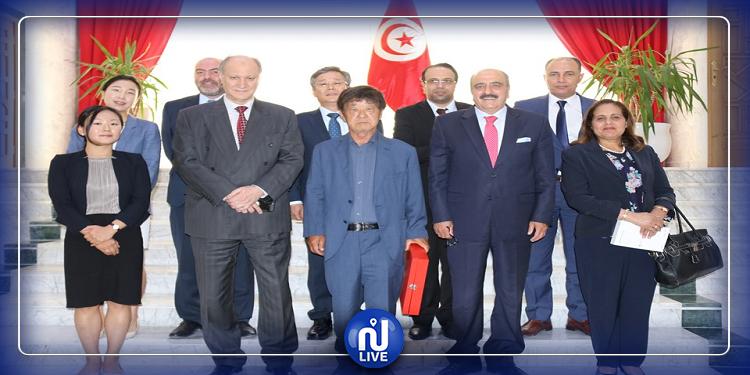 رئيس الجالية الكورية بتونس يهدي 150 لوحة رقمية لطلبة وتلاميذ