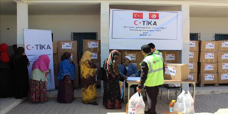 تركيا توزّع مساعدات غذائية على عائلات تونسية