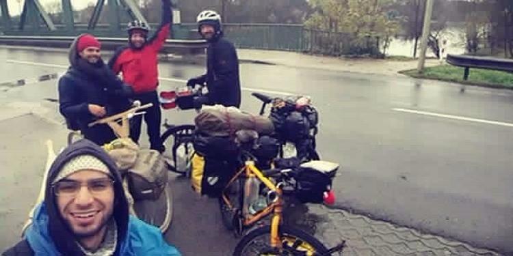 هولنديان يتوجهان إلى مكة المكرمة على متن دراجة خشبية