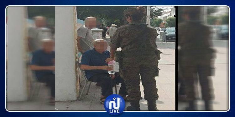 Photo du jour: une femme soldat vient en aide à un électeur qui s'est évanoui