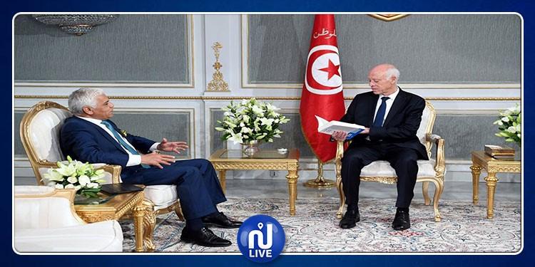 Safi Said offre son dernier livre au président de la république