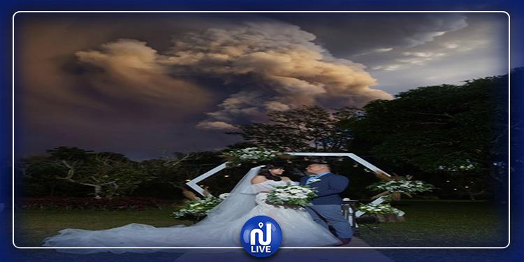 Philippines : ils se marient malgré l'éruption d'un volcan