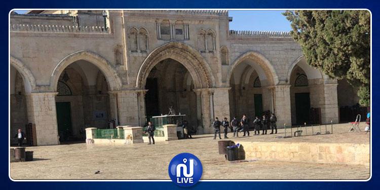 الاحتلال الصهيوني يحاصر المصلين الصائمين  بالمسجد الأقصى (فيديو)
