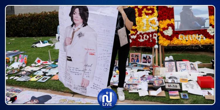 عشاق مايكل جاكسون يحيون ذكرى رحيله أمام قبره (صور)