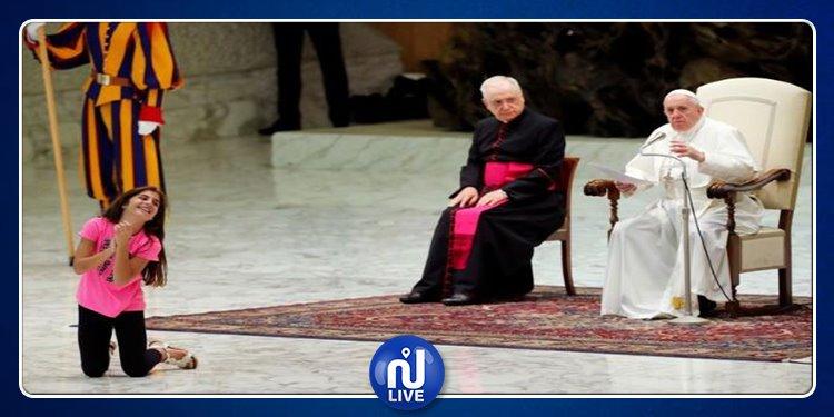 'عندما نرى شخصا يعاني فعلينا أن نصلي': البابا يسمح لفتاة مريضة بالرقص أثناء العظة