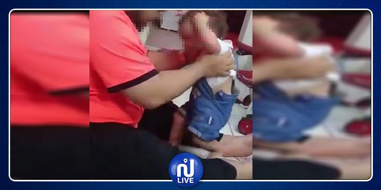 السعودية: أب يعذب طفلته ويضربها بوحشية لتقف بمفردها