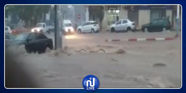 باجة: مياه الأمطار تجرف رجلا ومواطنون يحاولون انقاذه (فيديو)