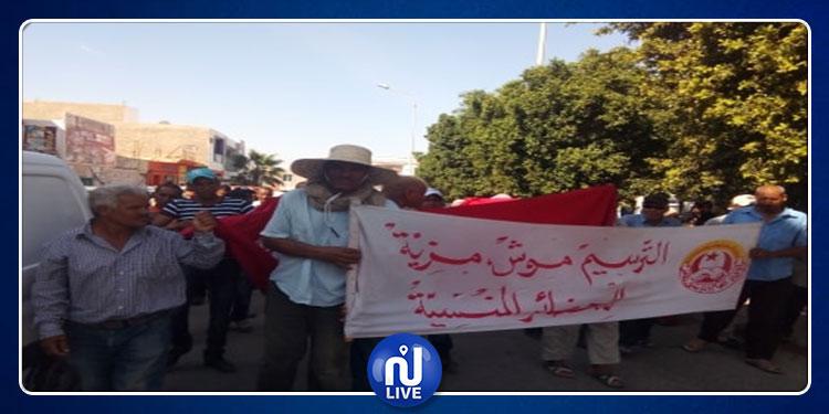 عملة الحضائر بقبلي ينفدون اضرابا عن العمل وينددون بسياسة التسويف