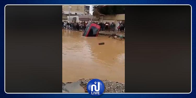 قصر سعيد:  اخراج سيارة سقطت في حفرة  ناجمة عن انزلاق أرضي (فيديو)