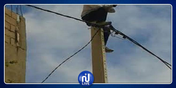 قفصة: عاطل عن العمل يتسلق عمودا كهربائيا ويهدد بالانتحار