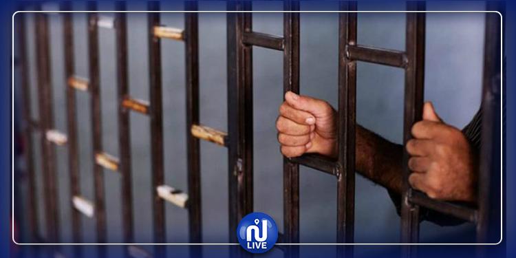 القيروان: الاحتفاظ بعون سجون ضبطته الإدارة بصدد ترويج الزطلة