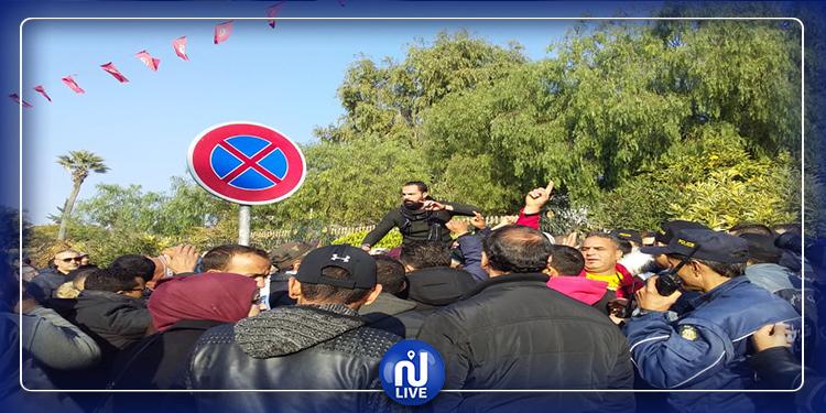 باردو: تصاعد حالة الاحتقان واصرار عمال الحضائر على مقابلة الغنوشي (فيديو)
