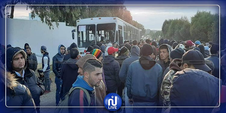 غلق الطريق المؤدية إلى مدينة الحمامات واحتجاز حافلة تلاميذ (صور)